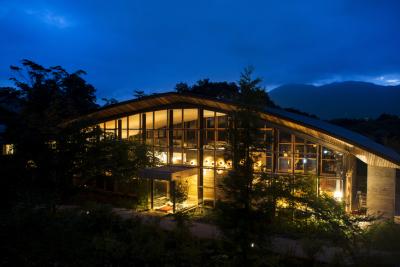 森の中にある贅沢な施設で、調理スキルにみがきをかけよう!