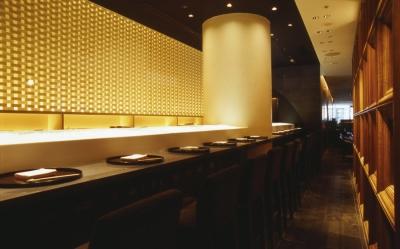 江戸前寿司、炭火焼などを提供する本格日本料理。