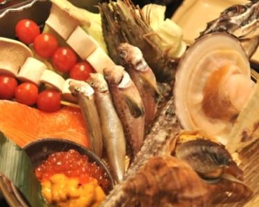 新店は新鮮な魚介など、地元の食材を使った炉端焼きのお店です(画像は既存店で使用している料理写真)