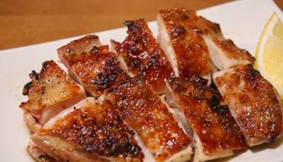 食材は当店の最もこだわるもののひとつ。ヘルシーでクセのない甲州産「信玄鶏」も自慢の食材です。