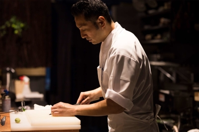 京都の有名料亭、ドイツ・カナダの「公邸料理人」、イギリスの日本料理店などで、経験を積んだオーナー。
