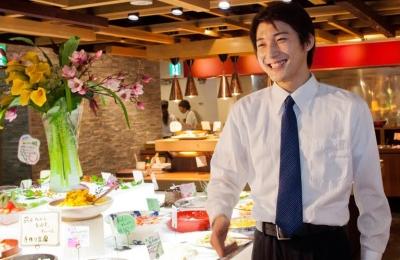 西日本を中心に全国11府県に展開する人気ビュッフェレストランで、ホールスタッフから店長へ!