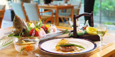 南房総の海で獲れた新鮮な魚介類と房総の山の幸を使い、卓越した技の料理を提供しています