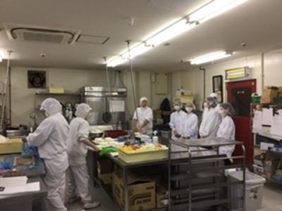 生菓子と焼菓子は同じフロアで製造。チームワークを大切にしながら働いています。