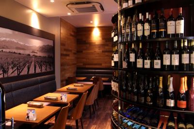 洗練された空間でカジュアルにワインと食事が楽しめるワインバーです。