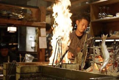 お客さまの間近で調理する藁焼きは迫力満点◎