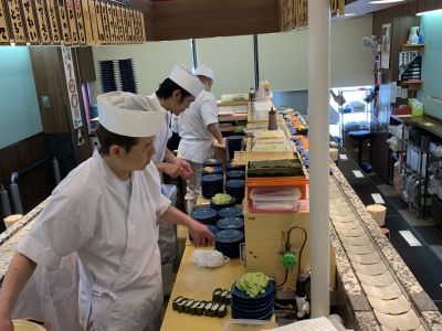 しゃりの炊き方、魚のさばき方、寿司のにぎり方など、板前の技術を伝授します。