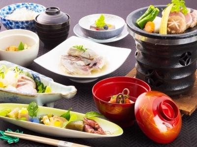 長崎大島の豊かな海の幸、山の幸を料理人が腕によりをかけて提供いたします。