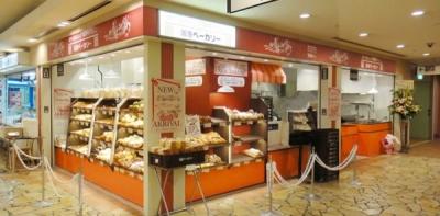 「ベーカリータイプ」と「カフェタイプ」の店舗があり、どちらのタイプでもパンの値段は変わらず100円