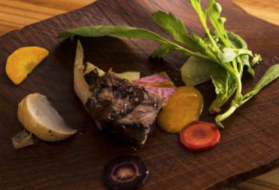 福井の魅力を伝える料理を提供。器やナイフなどの食器も福井県産のものにこだわっています。