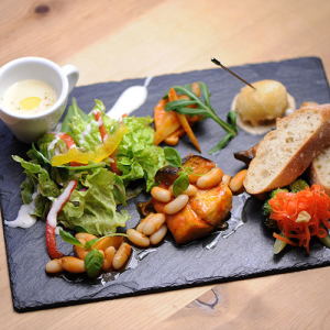 フランス直輸入のバケットや、日替わりスープがついたランチプレートは1000円から。パスタランチも人気