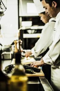 未経験からスタートし、料理部門だけでなく、ウェディングケーキ作りを任されているスタッフもいます