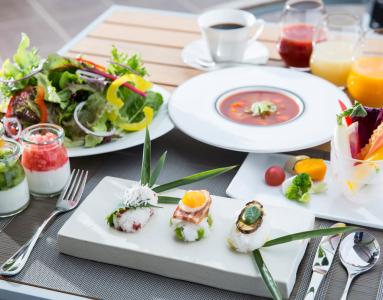 ヘルシーさも加わった和風の朝食メニューは、明るいテラス席でもお楽しみいただけます。