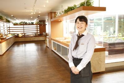 明るく開放的な店内があなたの職場。先輩スタッフが丁寧に指導します。