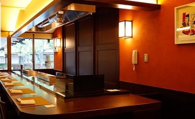 カウンター14席。お客様の目の前でステーキやハンバーグを調理します