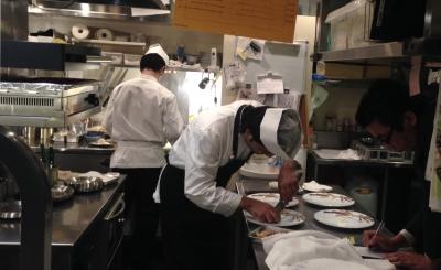 一皿ずつ丁寧に調理に取り組んでいます。ピークタイムが固定されているので、集中して調理にとりくめます