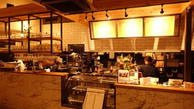 会計事務所が運営するビジネスカフェ。昨年7月にオープンしたばかりのキレイな店内です♪