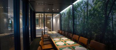 遮音ガラス仕様の個室ゾーンは、森の写真が壁面に施されたオシャレな空間◎