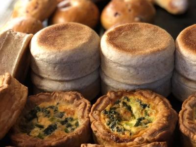 併設のベーカリーで焼き上げたパンを生かした料理や、イタリアンをご提供しています。