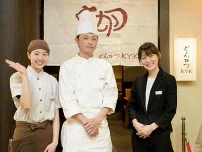 左から山下さん(トレーナー)、泉谷(いずたに)調理長、松井店長。あべのキューズモール店、笑顔の仲間