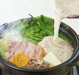 名物黄金とろろ鍋は絶品の味わい。仕上げのとろろがお鍋の旨味をグッと引き立てます