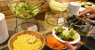 カレービュッフェでは、サラダバーも提供しており、多くのお客様にご愛顧いただいています。