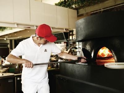 「Bar Vita」では、薪窯で焼き上げるナポリピッツァをはじめ、本格イタリアンを提供しています。