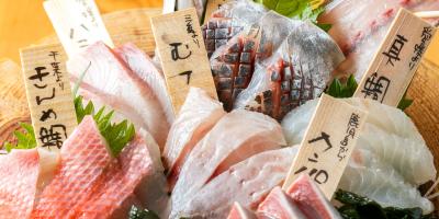 各店舗において鮮度バツグンの旬の魚を提供中。魚のさばき方や目利き力などが身につきます。
