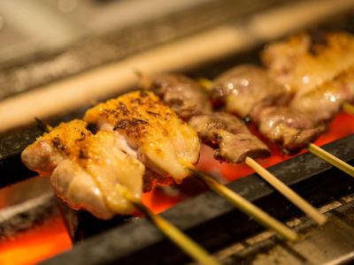 VIPが集う青山で人気の焼き鳥店で調理スタッフとして活躍を。
