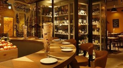 店内は開放的な雰囲気。当社では、料理はもちろん、快適な食事空間も大切にしています