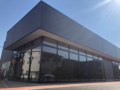 住宅街にオープンする新店舗!ガラス張りで、太陽の光が差し込む明るい店内です。(画像は工事中の様子)