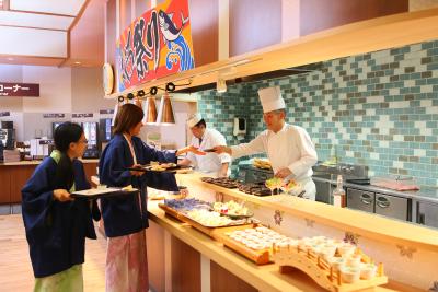 お客様の目の前で調理を行うことも!ダイレクトな反応と出来たての料理を提供できる楽しさがあります◎