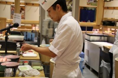 既存店では、すし、一品料理など250種類以上をラインナップ。新店でも種類豊富に取り揃えます。