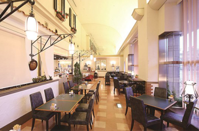 高田駅より徒歩3分のホテル内にある、落ち着いた雰囲気のカフェ&レストラン。