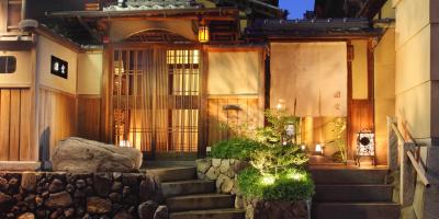 京都の伝統的な数寄屋造りの建物でお客様をお迎えします。