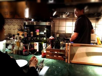 オープンキッチンなので、お客様の顔を見てコミュニケーションを取ることができます