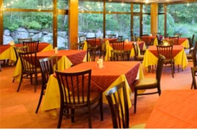 店内は、風格あるホテルのレストランを思わせる上質な造りに。