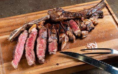 熟成牛ステーキ専門店&パブにて、店長も目指せるスタッフを募集します!