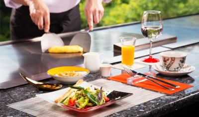 鉄板焼きレストランではディナーだけでなく、お客様の目の前でオムレツを焼き上げる朝食コースも人気。