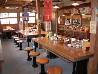店内はカウンター席、テーブル席、座敷を含め全50席。あなたらしい接客をお願いします
