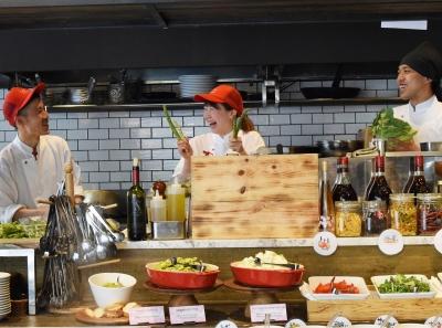 開放的で広々としたオープンキッチンを完備。お客さまの前でライブ感を演出しながら調理できます。