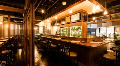 季節の食材にマッチする日本酒銘柄がずらりと並ぶカウンターテーブル。