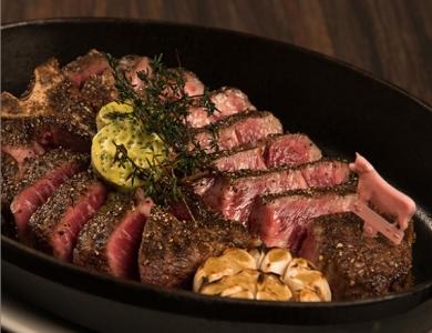 看板メニューは、最高級の牛肉を使用した極上のステーキ。※画像は既存店のものです