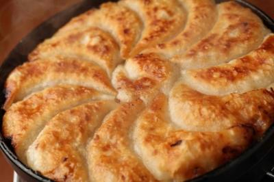 餡の量、ひだの数、焼き方まで徹底的にこだわる、看板メニューの「博多一口鉄板餃子」