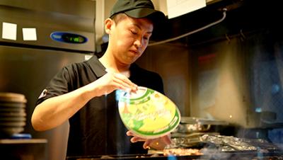 焼き師が備長炭でじっくりと焼き上げた、こだわりの焼鳥が自慢です※画像は他店スタッフ