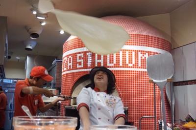 店内入り口には石窯焼きのピッツァがありオープンキッチンで働くことができます!