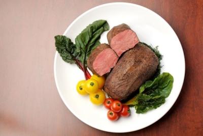 こだわりの肉と料理、豊富なワインでお客様をハッピーにする仕事