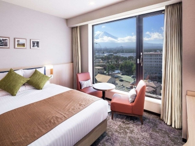さまざまなタイプの客室をご用意。窓から富士山を望む部屋は大人気!