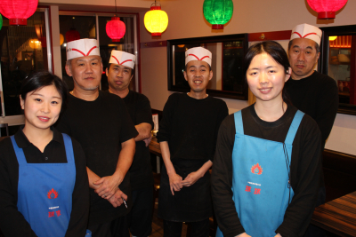 ホールと調理スタッフの垣根もなく、協力し合いながら、毎日元気にお店を運営しています。