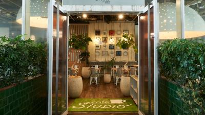 JR「原宿駅」より徒歩5分のところにある当店で、ホール責任者を募集します!